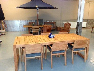 City Dining Table mit 6 Stuhlen und Kissen (Ausstellungmodel)